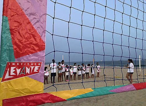 Carol Solberg opens a social project with volleyball lessons for children from Rio de Janeiro communities