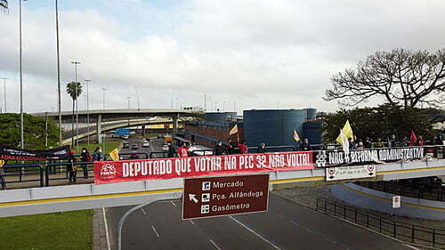 Front of Public Servants of RS promotes act against PEC 32 in Porto Alegre