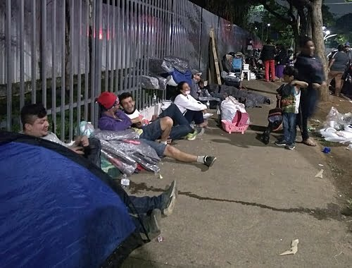 After a fire in downtown São Paulo, city hall banned the block and 80 families sleep outdoors