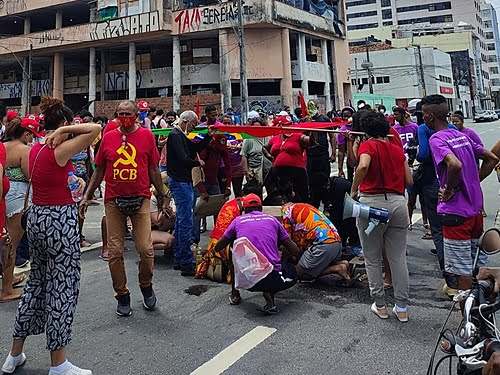 Driver runs over and drags protester for 100 meters in an act against Bolsonaro in Recife (PE)