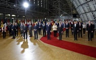 EU leaders gave Merkel a standing ovation