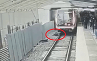 In the Moscow metro, a man jumped under a train