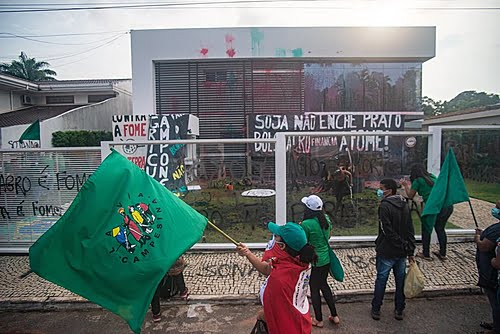 """""""Soy doesn't fill the plate"""": Via Campesina occupies Aprosoja to denounce hunger in Brazil"""